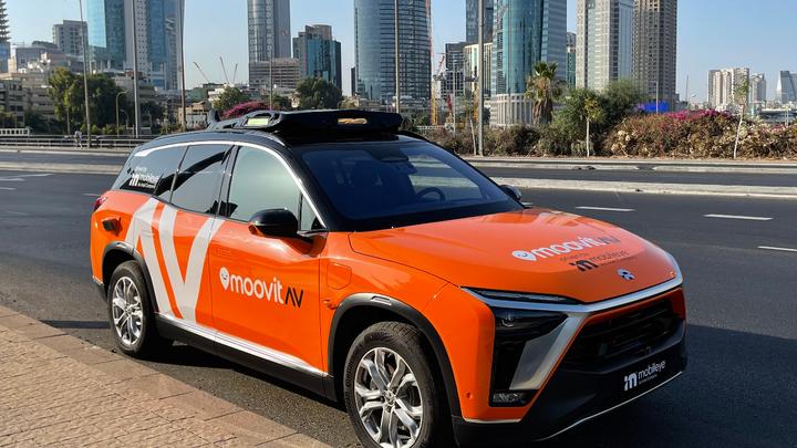 Das Robotaxi von Mobileye in Tel Aviv. Vom kommenden Jahr an werden der Autovermieter Sixt und die Intel-Tochter Mobileye einen Robotaxi-Dienst mit selbstfahrenden Fahrzeugen anbieten.