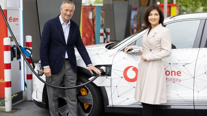 Vodafone und Westenergie vereinen smarte Netze: Katherina Reiche, Vorstandsvorsitzende von Westenergie, und Hannes Ametsreiter, CEO von Vodafone Deutschland.