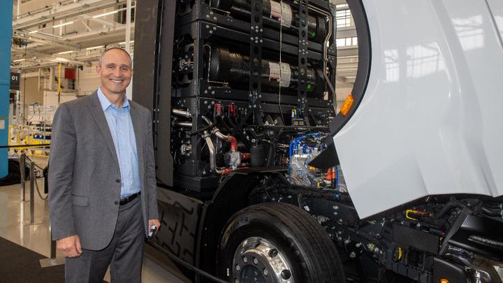 Mark Russel, CEO von Nikola, steht neben einem Lastwagen mit Brennstoffzellenantrieb.