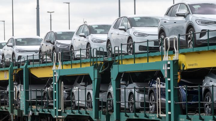 Der Mangel an Halbleitern bremst neben der Autoproduktion auch den Absatz von Neuwagen auf dem deutschen Markt.