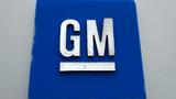 Das Logo von General Motors im General Motors Detroit-Hamtramck Montagewerk.