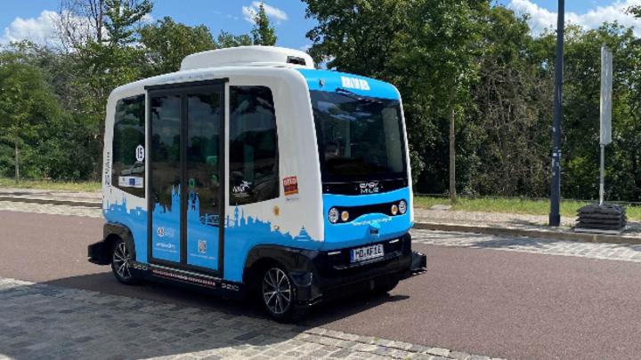 Der elektrisch betriebene Kleinbus hat eine Kapazität von sechs Personen und ist behindertengerecht.