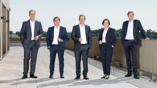 Das Management-Board von Infineon: Dr. Helmut Gassel, Chief Marketing Officer, Dr. Sven Schneider, CFO, Dr. Reinhard Ploss, CEO, Constanze Hufenbecher, Chief Digital Transformation Officer und Jochen Hanebeck, COO (v.l.n.r).