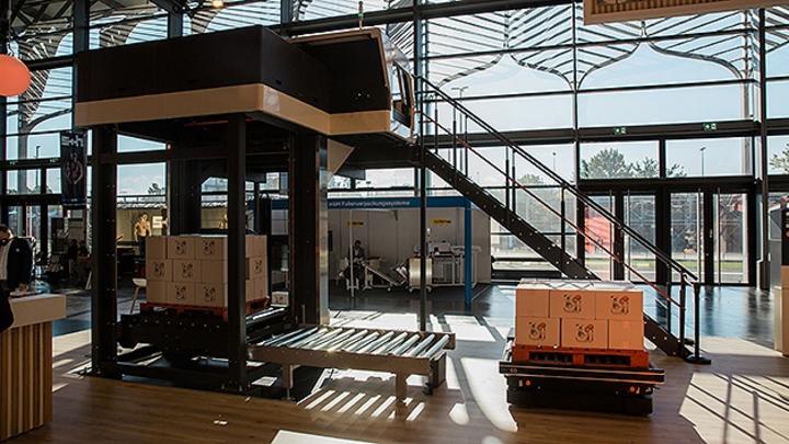 Als erste gemeinsame Lösung zeigten sie auf der Fachpack 2021 den Palettierer Taros von CSi palletising mit Rollenförderer, der mit dem neuen autonomen mobilen Roboter (AMR) MiR1350 von Mobile Industrial Robots integriert ist.
