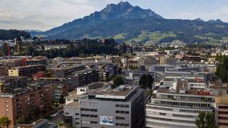 Der neu- und umgebaute Stammsitz der Schurter AG in Luzern mit dem Pilatus im Hintergrund