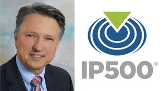 Helmut Adamski, CEO und Vorstand der IP500 Alliance mit Logo
