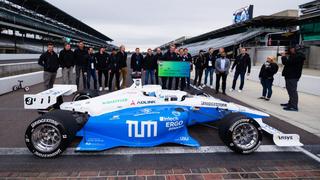 Das Team »TUM Autonomous Motorsport« mit seinem fahrerlosen Rennwagen.