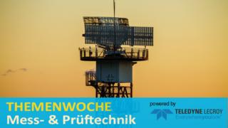 Primärradar mit drehbarer Parabolantenne auf einem Turm. Primärradare arbeiten in der Regel im Spektrum zwischen 2,7 und 2,9 MHz und mit 25 kW Spitzenleistung.