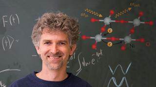 Prof. Jan Kuneš vor der Tafel. Rechts oben sind die Nickel- und Sauerstoffatome sowie die wandernden Elektronen dazwischen dargestellt.
