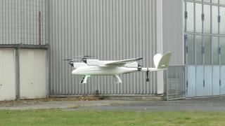 Eine Songbird-Drohne von Germandrones startet als klein-skaliertes SkyCab zum Rundflug um Mönchengladbach.