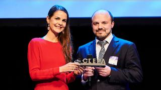 Vanessa Bauschatz und Martin Hoffmann von ZF Mobility Solutions freuen sich über den Innovationspreis des europäischen Automobilzulieferer-Verbands CLEPA.