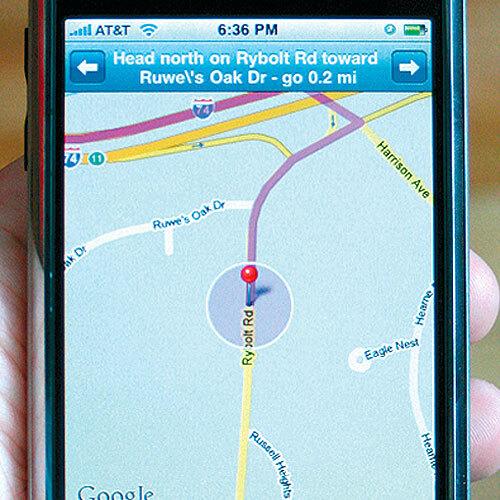 Das im iPhone enthaltene Kartenprogramm Google Maps nutzt, je nach Verfügbarkeit, entweder die Skyhook-WLAN-Daten oder bestimmt seine Position anhand der umliegenden Mobilfunk-Masten.