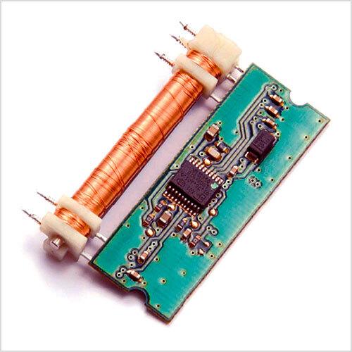 Bild: Der LVDT-Wege-Sensor zeichnet sich aus durch einen einfachen Aufbau. Dieser bestimmt die Position eines extern geführten Magneten (nicht abgebildet), dadurch lässt sich ein sehr robustes System realisieren. Die erforderliche Signal-Verarbeitung übernimmt ein ASIC. (Bild: Electricfil)