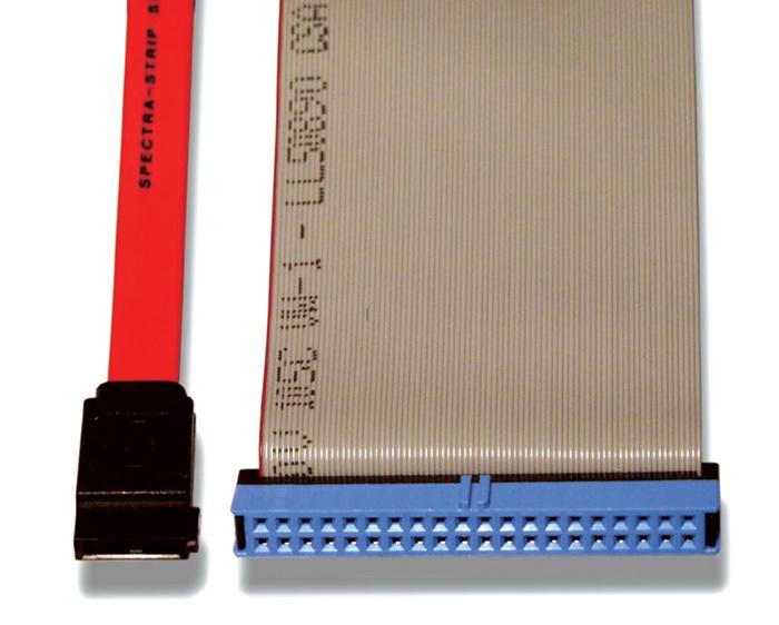 Bild 1. Größenvergleich zwischen Serial-ATA-Kabel (links) und Parallel-ATA-Kabel (rechts)