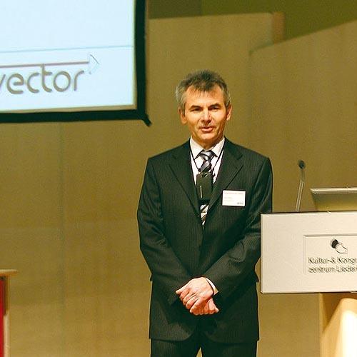 Vector-Informatik-Geschäftsführer Martin Litschel bei der Eröffnung des FlexRay-Symposiums.