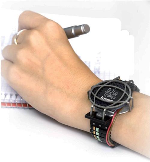 Bild 2. Ein aus kommerziellen Thermosäulen hergestellter thermoelektrischer Generator am Handgelenk; Leistungswandler und Sendeempfänger sind am Armband befestigt.
