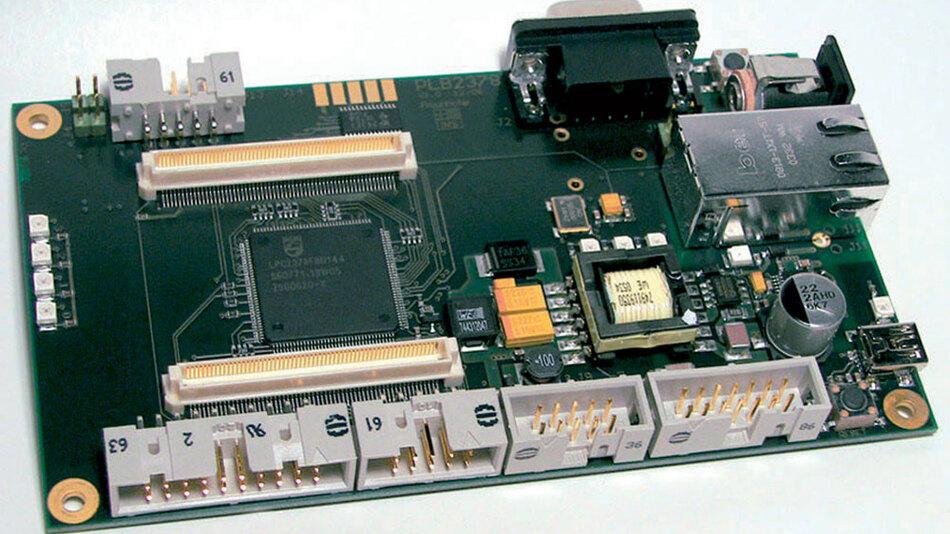 Bild 1: Auf dem Referenzboard »ChameleonARM« sitzen neben den Anschlüssen für Ethernet, USB & Co. auch zwei Steckverbinder für die Aufnahme von anwendungsspezifischen Aufsteckplatinen