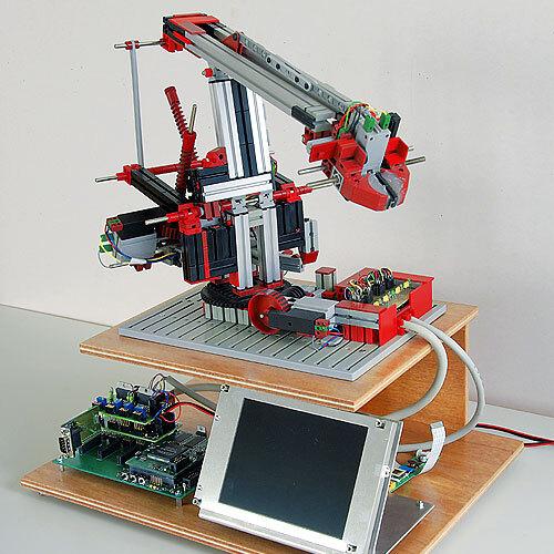 Bild 2: Präsentationsmodell zur Demonstration der Leistungsfähigkeit des EAS mit CAN-Interface, monochromem QVGA-Display und 4-Achs-Handlingroboter.