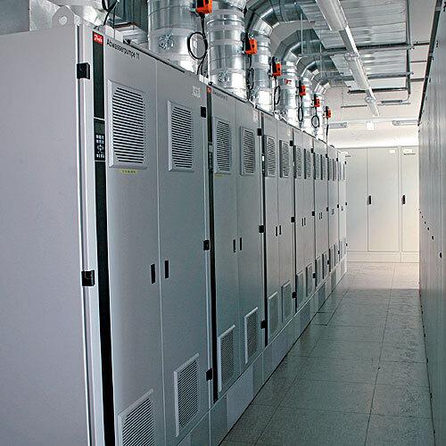 Blick in das Pumpenhaus einer Kläranlage: Große Leistungen erfordern eine entsprechende Kühlung. Hier gut erkennbar die Lüftungsleitungen für die sieben Frequenzumrichter, die in einer Zwischenpumpstation innerhalb des Klärwerks ihren Dienst versehen.