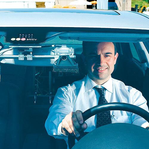 Die Stereo-Kamera des Daimler-Prototypen verfolgt bewegte Punkte der aufgenommenen Bilder, sagt deren Bewegung vorher und erlaubt so einen kurzen Blick in die zu erwartende Zukunft.