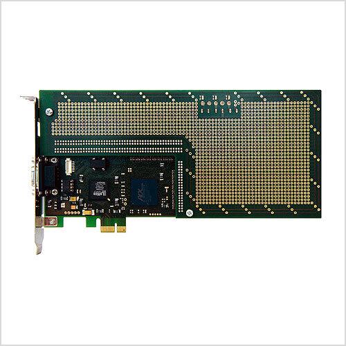 Das PCIe-BaseLAB mit montiertem Tochter-Board: Das Lochrasterfeld der Tochterkarte dient zum Anschluss anwenderspezifischer Hardware.