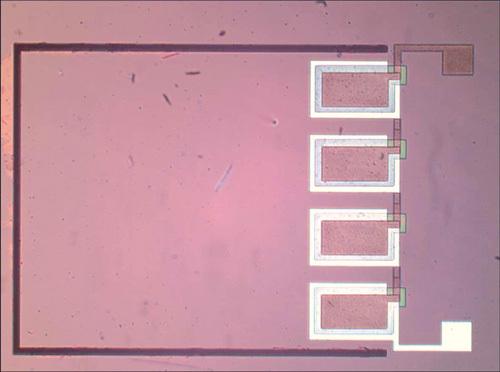 Bild 8 b)  Draufsicht auf die Serienschaltung von vier piezoelektrischen Generatoren mit einer gemeinsamen Masse von 3 x 3 mm2 Fläche.