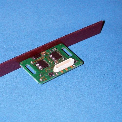 Bild 1. Sensor- Kopf mit Messband. Der Sensor im Sensor- Kopf wurde an die Struktur der Magnetpole angepasst.