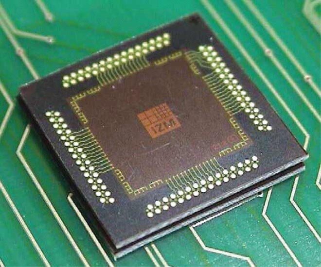 """Bild 2. """"Chip in Polymer""""-Testbaugruppe. Der nur 50 µm dünne Si-Chip ist vollkommen in das Polymer der Leiterplatte eingebettet. Die Flächen oberhalb und unterhalb des Chips können mit SMT-Bauelementen bestückt werden. (Bild: Fraunhofer IZM)"""